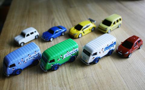 ボルヴィックに付いてくるルノー(プルバックカー)全8種をコンプリートしたら、本物が欲しくなった。