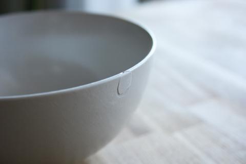 食器の断片を接着剤でくっつける
