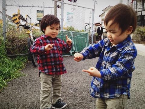 2才双子と覚える『ふみきりダンス』の踊り方