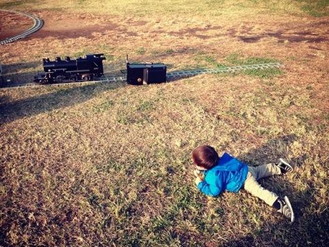 機関車が終わっていて、泣きじゃくる双子次男。