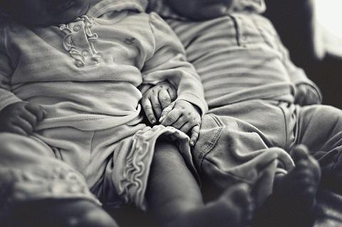 夜泣きも巧みなコンビネーションで攻めてくる!双子の生後3ヶ月、どう乗り切ったか