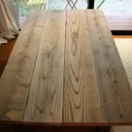 古材の天板と、黒い鉄脚で、ぴったりサイズのダイニングテーブルを作る。
