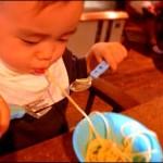 2才の双子と、イタリアントラットリアで食事。やってみると、意外と出来る。