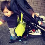 双子2才と快適な移動。ベビーカーに簡単脱着できるLascalのバギーボード。