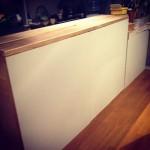 手作りキッチンカウンターを白ペンキで塗装