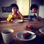 3才双子とチョコレートケーキ