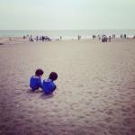 双子とビーチコーミング