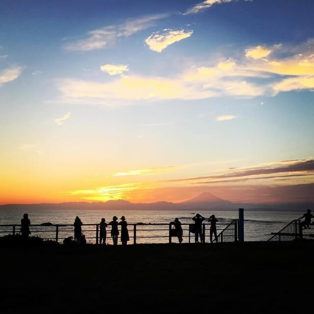 一色海岸からの夕焼けと富士山