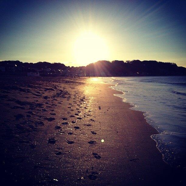 由比ヶ浜に昇る朝日